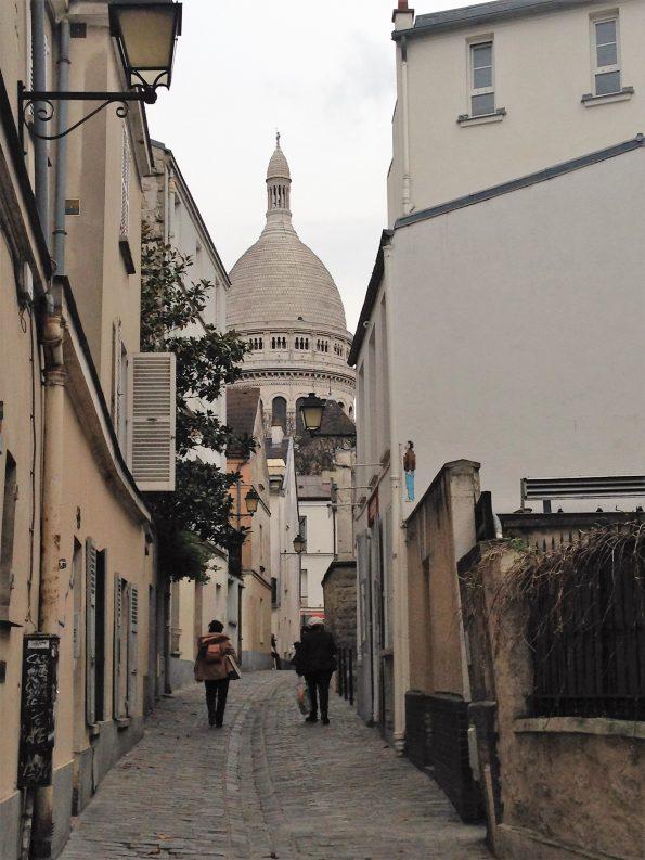 wischen Häusern zu Sacre-Coeur