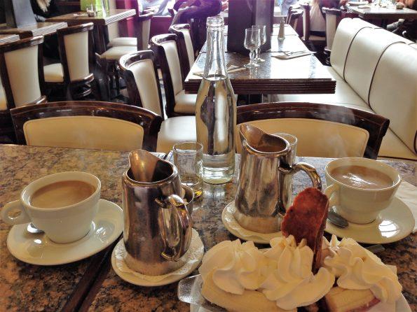 Café mit Blick auf Notre-Dame
