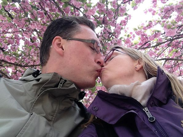Kuss unter Blühten