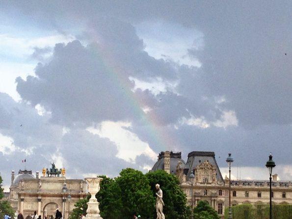 Louvre mit Regenbogen