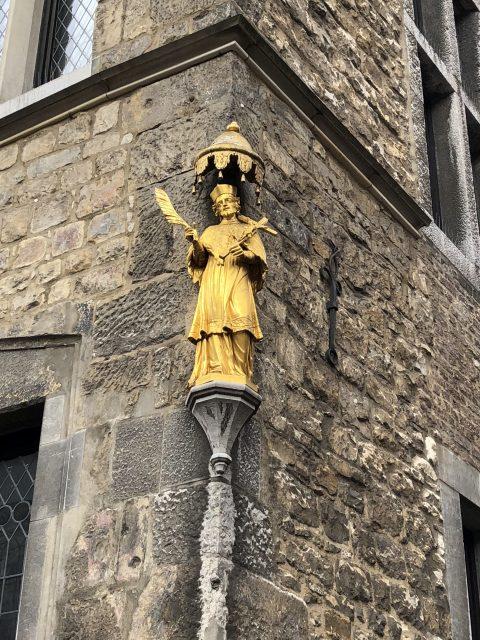 Goldene Statue Hauswand