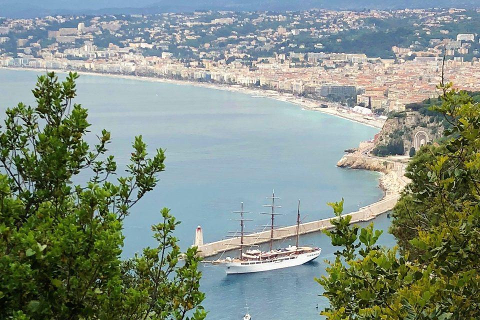 Blick auf Nizza mit Boot