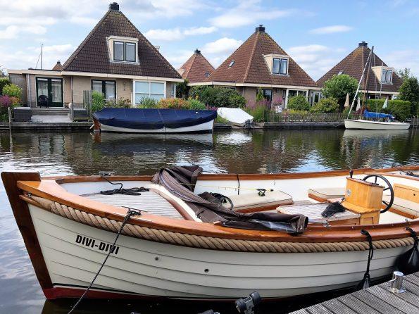 Schaluppe vor Ferienhaus in Friesland