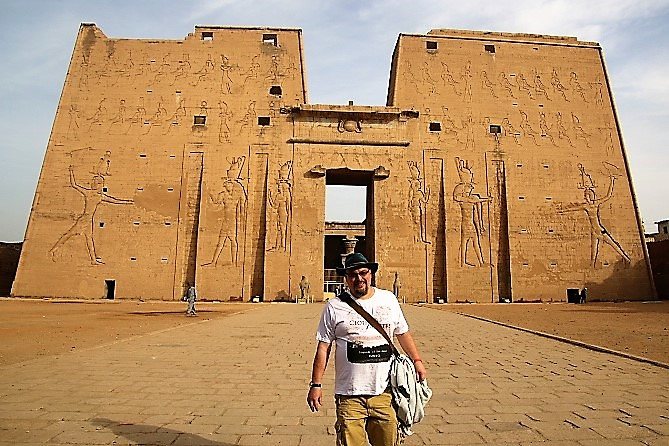 Der Tourist vor Karnak Tempel