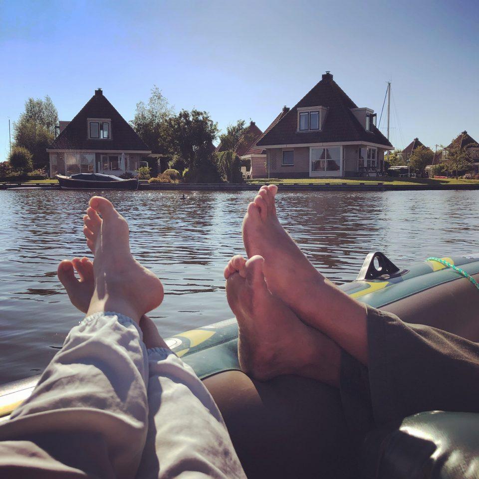 Füße auf dem Schlauchboot