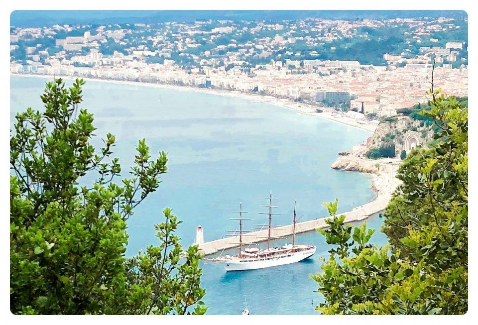Blick auf Segelyacht im Hafen von Nizza
